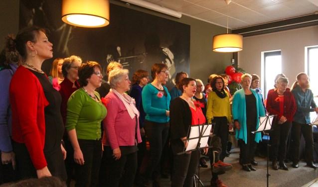 Het koor 'Zingen voor je Leven' treedt op in de foyer van De Kinkel in Bemmel. Het koor was te gast van wandelcomité DeBol. Het koor telt leden die geconfronteerd zijn met kanker. DeBol haalde vijfhonderd gulden op voor het koor. (foto: Kirsten den Boef)