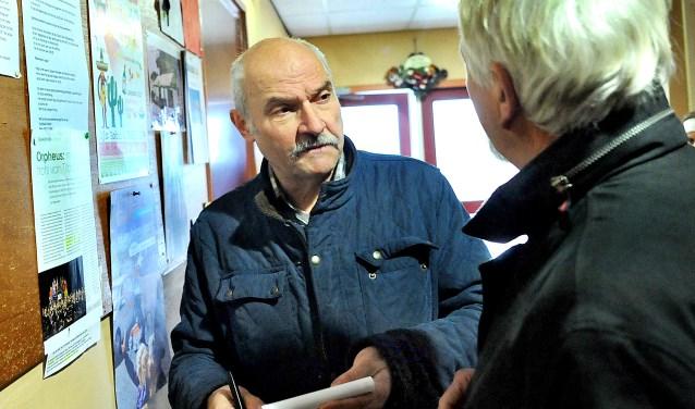 Journalist Henk Harmsen was een bekend gezicht in Stokkum. (archieffoto: Roel Kleinpenning)