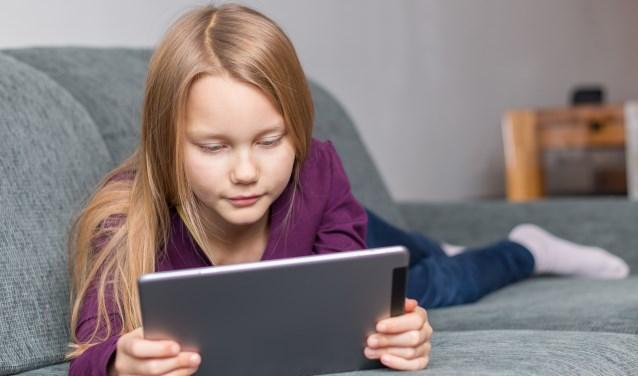 Kinderen die elke dag veel op een scherm kijken hebben steeds vaker een bril nodig om goed veraf te kunnen zien. (Foto: M.M.C. / Shutterstock)