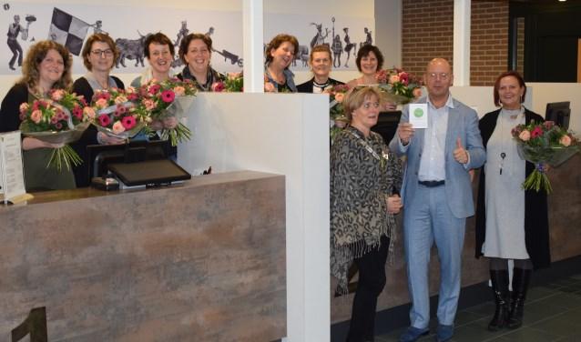 Een certificaat en bloemen voor baliemedewerkers van gemeente Sint Anthonis. (foto: gemeente)