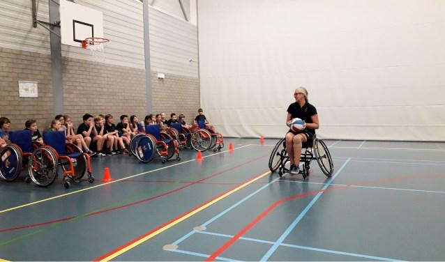 Marijke Roest en John van der Meer lieten de kinderen ervaren hoe het is om als gehandicapte (top)sport te bedrijven.