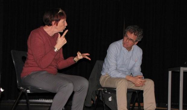 Het decor tijdens de voorstelling van 'Van Daar Uit' bestaat slechts uit spelers en hun stoelen