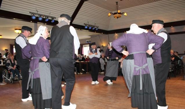 Zo'n 150 mensen genoten zondag bij Kerkemeijer in Borculo van folkloredansen.
