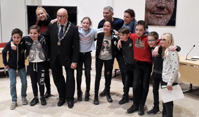 Burgemeester Hans Wagner met de leerlingen van de winnende Don Bosco Daltonschool uit Rhoon. Zij wonnen deze Kindergemeenteraad met 18 stemmen. Hun idee, varens voor zuurstof, wordt uitgevoerd.