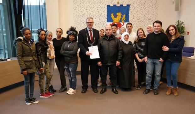 De inwoners na de ondertekening van de Participatieverklaring en burgemeester Kottelenberg. (Foto: Neder-Betuwe)