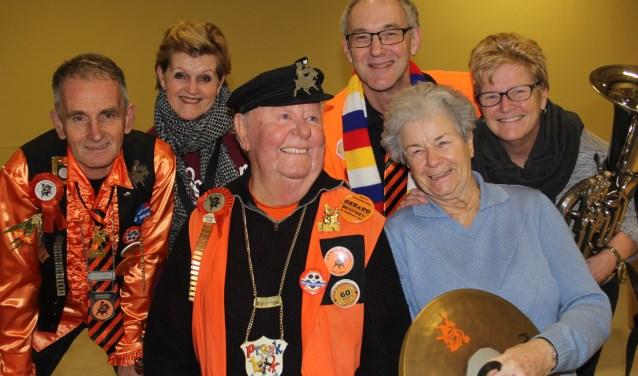 Carly, Diny, Jos en Ria van Pinxten en Gerard en Ans Raaymakers vormen met elkaar de commissie die bepaalt wie De Bok Mè Gaauwe Hôrres krijgt uitgereikt. Foto Wendy van Lijssel