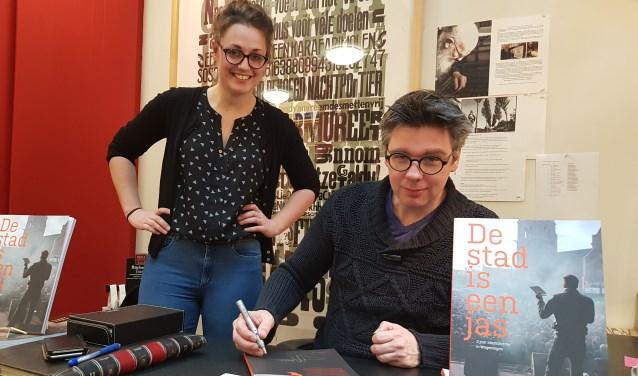 Martijn Adelmund signeert zijn boek bij Kniphorst. Zijn opvolger Ivanka de Ruijter, die bij Kniphorst werkt, kijkt toe. (foto: Kees Stap)