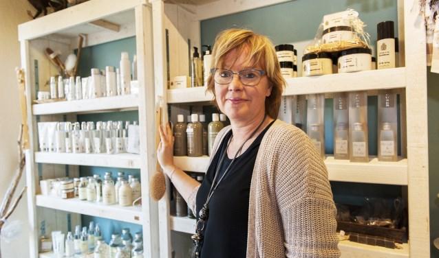 Bezoekers kunnen zich door Yvonne de Niet laten adviseren in de samenstelling van een cadeaupakket op maat. (foto: Vanessa Wassink)