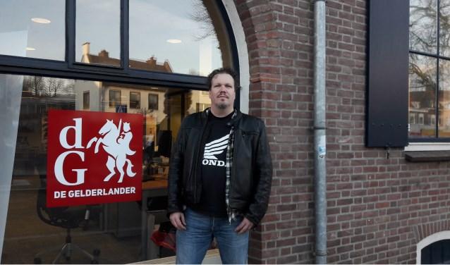 Harold Schuil voor het pand van de redactie De Vallei van De Gelderlander in Rhenen.