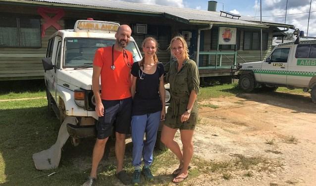 Floris van den Berg, Jorieke van der Stelt en Floortje Dessing voor een van de ambulances in Papoea-Nieuw-Guinea. De ambulance rijdt al een tijdje niet meer wegens geldgebrek. Foto: KOKOMO Media