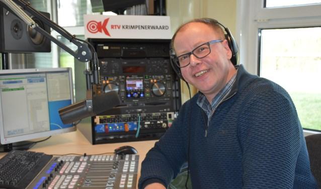 Dirk Molenaar in de studio van RTV Krimpenerwaard voor zijn wekelijkse programma 'De lunch en brunch expo'.