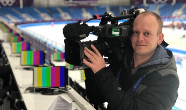 Arjan Ekster, cameraman voor de NOS, in de olympische schaatshal van Pyeongchang in Zuid Korea. Hij doet met Jeroen Stekelenburg verslag van het vrouwenschaatsen. Ze maken tevens items waarin schaatsers vooruit- of terugkijken op hun olympische race.