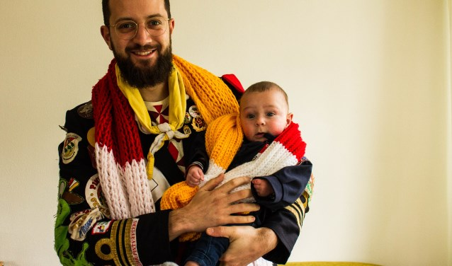 """Maikel Trommelen (op de foto met zoon Ole) van carnavalsvereniging de Pintvatters bedacht drie jaar geleden het concept van 'De Kleine Prins'. """"Gezellig kletsen met andere Oeteldonkers en ondertussen genieten van leuke liedjes en sketches."""""""