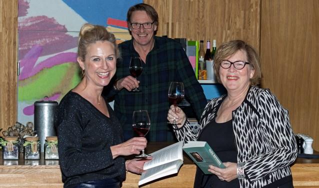 Machteld de Vries, Coen Molenveld en Karin Horst van het organisatiecomité zijn klaar voor het eerste BoekenBuffet. (Foto: Remko Schotsman)