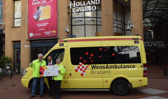 Met 4.000,00 euro kan de WensAmbulance Brabant weer menig keer uitrijden. FOTO: Erwin Peeters.