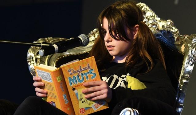 De Veldhovense Read2Me!-winnares van 2018 Franka Borst leest voor uit Dagboek van een Muts. FOTO: Willem Binnendijk.
