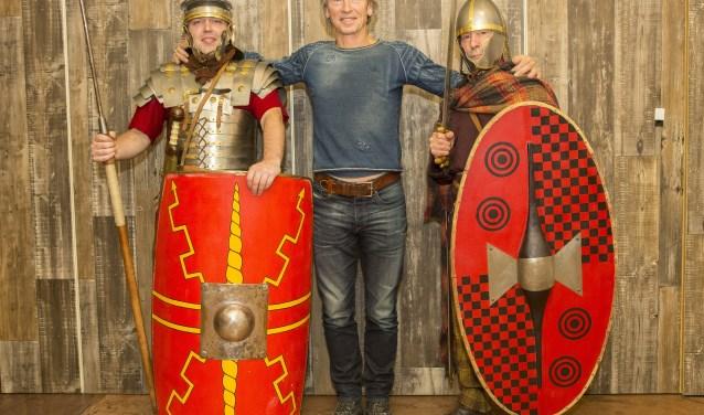 Jan Smit uit Dreumel geflankeerd door twee Romeinen. (foto Richard Smits)