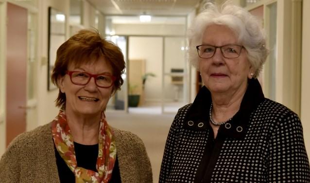 Toos de Bijl en Joke Leertouwer (rechts) bieden al veertig jaar een luisterend oor (foto: Bert Jansen).