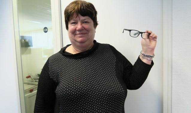 'Mijn bril vergeten', een herkenbaar excuus van laaggeletterden. Sita Goedendorp vertelt tijdens het Netwerkcafé van Pact Sam Sam over laaggeletterdheid. (Foto: Marian Vreugdenhil)