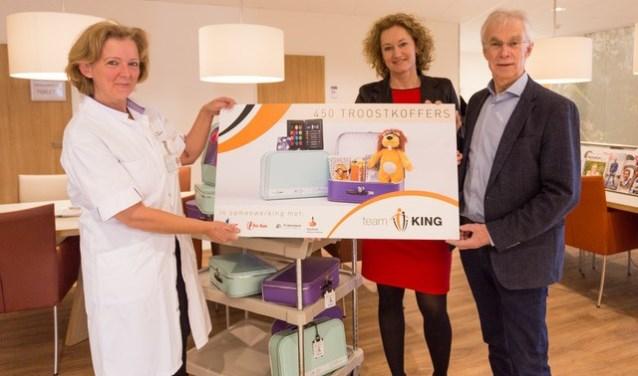 Stichting Team KinG heeft 450 troostkoffertjes overhandigd aan hetMedisch Oncologisch Centrum (MOC) van het Máxima Medisch Centrum (MMC). Op foto v.l.n.r.: Lian Sweegers, Chantal Gonzalezen Jan Matheeuwsen. FOTO: Melvin van Liebergen.