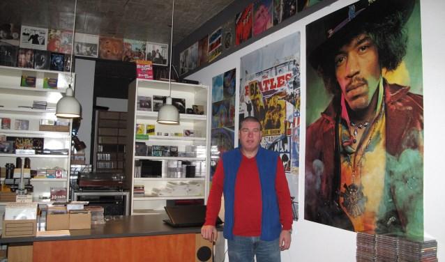 Eigenaar Tonny Stoverink van Rocks and Music heeft in alle stilte zijn winkel heropend aan de J.W. Hagemanstraat 4 in Eibergen.