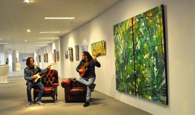 Gitaristen Remko en Valentijn Willems in galerie Anita Ammerlaan. Foto: Patrick Roelofs.