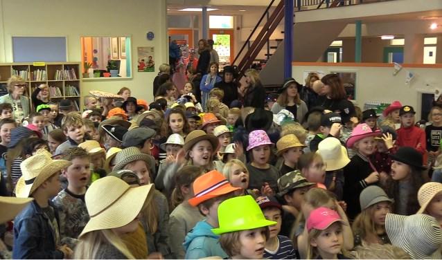 Alle leerlingen droegen hoeden en zongen het Wilhelmus terwijl ze de nieuwe regels uit de grondwet voorlazen