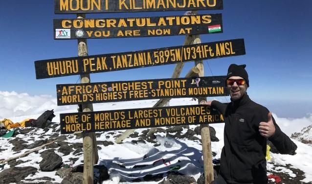 Jaap van den Burg op de hoogste top van de Kilimanjaro: de Uhuru Peak. 'Uhuru' betekent 'vrijheid' in Swahili en staat voor de onafhankelijkheid van Tanzania.