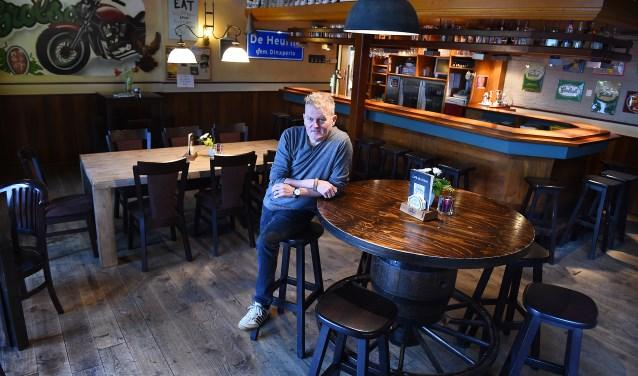 Hans Reussing in zijn café Bruggink in De Heurne. (foto: Roel Kleinpenning)