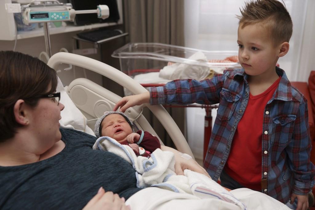 De 5-jarige Gijs, de eerste couveuse baby van toen, en Sophia die zondaggeboren is.  © Persgroep