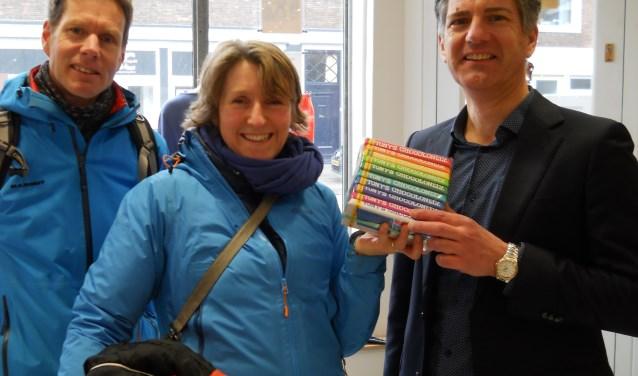 Klaartje Arntzen ontvangt Tony Chocolonely regenboogpakket van Terre des Hommes bestuurslid Johan Nota.