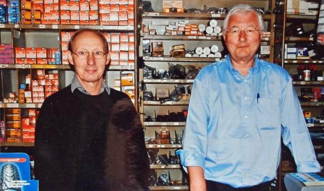 Teus van Ee (l) en Peter Donker achter de toonbank van Edison, de winkel waar je alles kon vinden op electronica- en fietsgebied.
