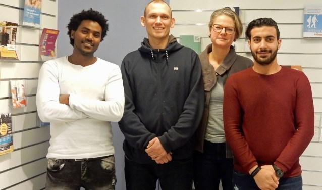 Habtom en Ahmad zijn beiden ruim een jaar in Nederland en worden geholpen door Simone en Jouke van Taalmaatjes. FOTO: Asta Diepen Stöpler