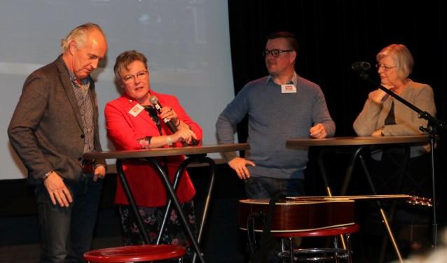 """Het discussiepanel - v.l.n.r. Henk Lubberdink, Els Rutting, André Menting en Josan Meijers – besprak de 'meedoenregeling'. Rutting: """"De drempel om hiervan gebruik te maken is erg hoog."""" (foto: Elsie Schoorel)"""