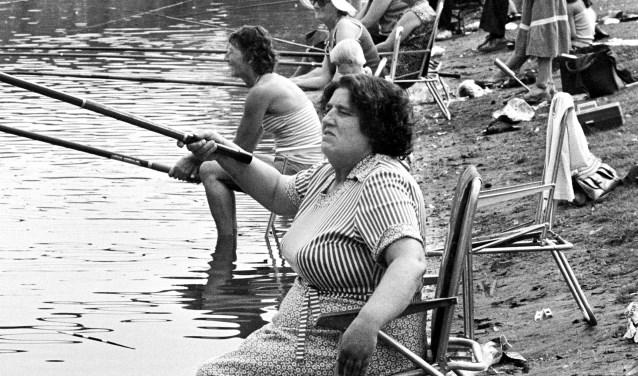 Van Johan van Gurp is op '1978: Breda in Beeld - Breda Kiest' ook deze foto van een viswedstrijd in 1978 voor vrouwen in de Linievijver te zien.