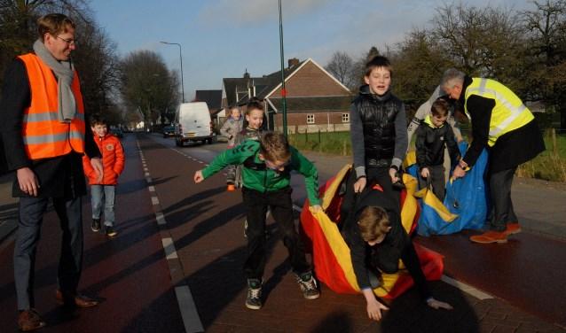 Wethouder Gerard Stoffels was samen met gedeputeerde Christophe van der Maat en diverse kinderen aanwezig bij de officiële opening.(foto: Tom Oosthout)