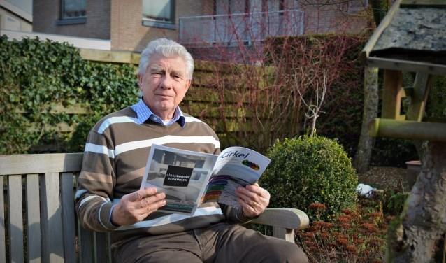 Charles Schijf leest De Cirkel in zijn achtertuin.