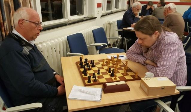 John Riksen (links) verspeelde tegen en aan titelverdediger Hotze Tette Hofstra zijn koppositie. (foto: Rinus van der Molen)