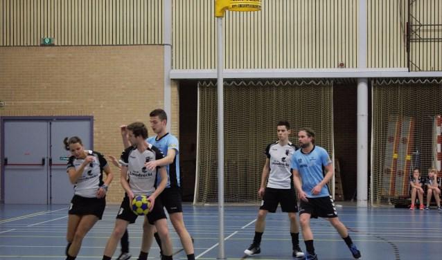 De korfballers van Hellas'63 baarden zaterdag opzien door kampioen Juventa de eerste nederlaag toe te brengen.