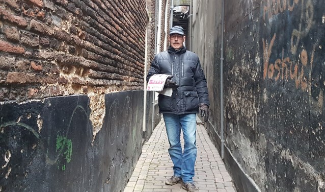Gerrit Berends met de Peperbus in een steeg in de binnenstad. Hij werd vroeger Bluespick genoemd omdat hij in een bluesband speelde in een tijd dat nog bijna niemand van die muziek had gehoord. (foto: Alie de Vries)