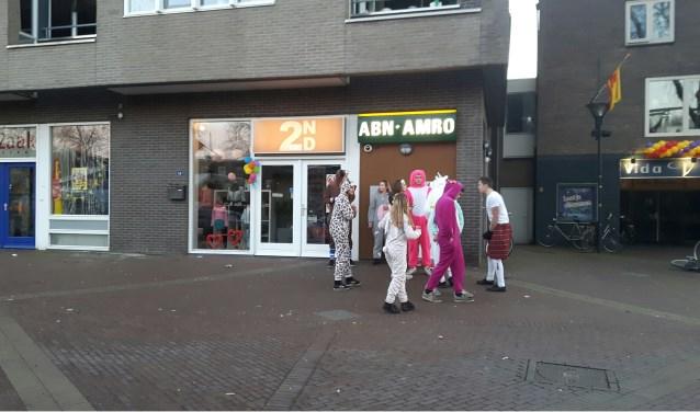 Het was tijdens frühshoppen regelmatig spitsuur bij het ABN-AMRO pinautomaat. maar binnenkort wordt deze gesloten. (foto: Danny van der Kracht)