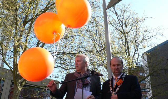 Vincent Kevenaar (links), voorzitter van de Stichting Nationale Gedenkdagen, met de toenmalige burgemeester bij de opening van het programma van Koningsdag. (Foto: Peter Spek)