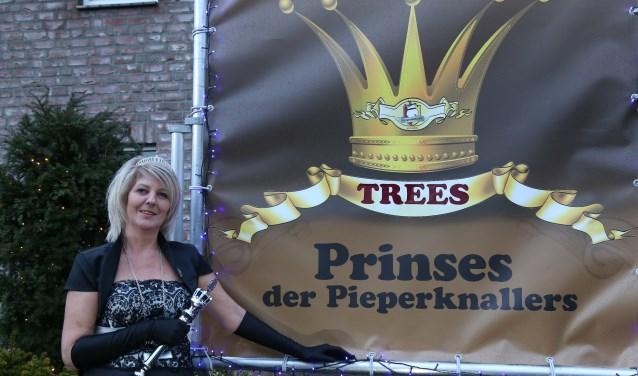 Prinses Trees op de foto voor haar versierde huis. (foto: Marco van den Broek)