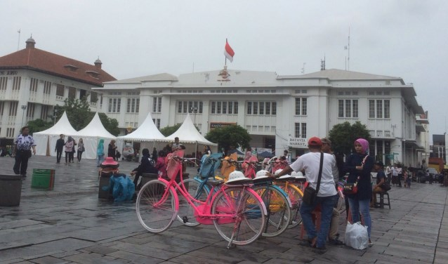 Op het plein word ik aangenaam getroffen door de aanwezigheid van vele gekleurde Hollandsche opoe-fietsen.