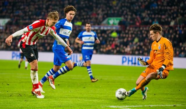 Mike Hauptmeijer heeft een antwoord op de inzet van PSV-aanvaller Luuk de Jong. (foto: Henry Dijkman)