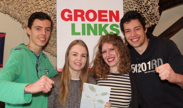Daan, Chris, Eva en Luc staan te popelen om de jongeren te betrekken bij de politiek, niet alléén bij GroenLinks. ''Politiek hoeft niet saai te zijn. Ga stemmen, want de politiek beslist over de toekomst van de jongeren. En daar willen we samen invloed op hebben.'' (Foto: Lysette Verwegen)