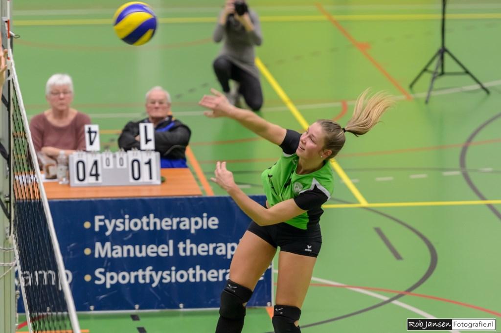 Manon Ottjes scoort met een harde bal. (foto: Rob Jansen)  © Persgroep