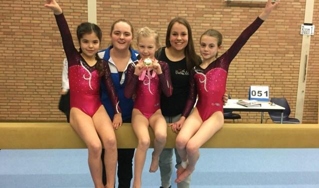 Evie Akkermans van de Kaatsheuvelse Gymnastiek Vereniging (KGV) toont trots haar gouden medaille!