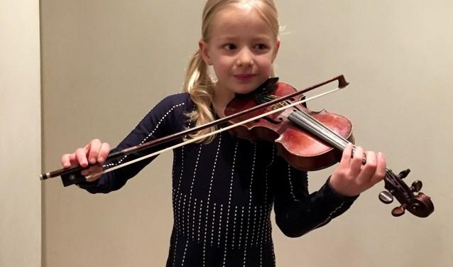 Jong talent Elze Geradts is een van de finalisten van De Muziekwedstrijd: 'Het is leuk om op verschillende manieren viool te spelen'. Eigen foto