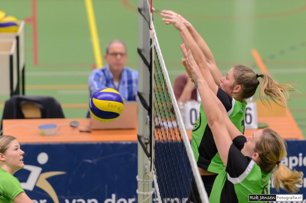 """Manon Ottjes en Nienke Visser zetten een """"kill blok"""". (foto Rob Jansen)  © Persgroep"""